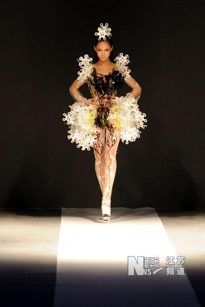 9月8日,模特在展示姚峰设计的时装作品.