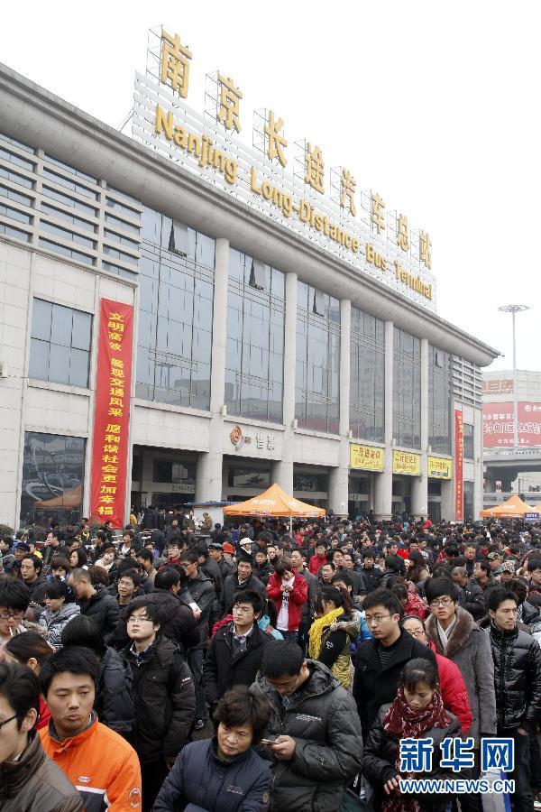 旅客在南京长途汽车总站等候进站上车
