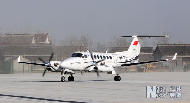 备受市民关注的扬州泰州机场今天上午降落首架飞机.(程建平 摄)