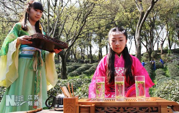 """苏州虎丘山风景区""""云岩""""茶开始采摘并现炒今年第一锅春茶,苏州美女"""