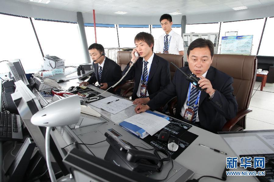 工作人员在扬州泰州机场的飞控塔台指挥飞机