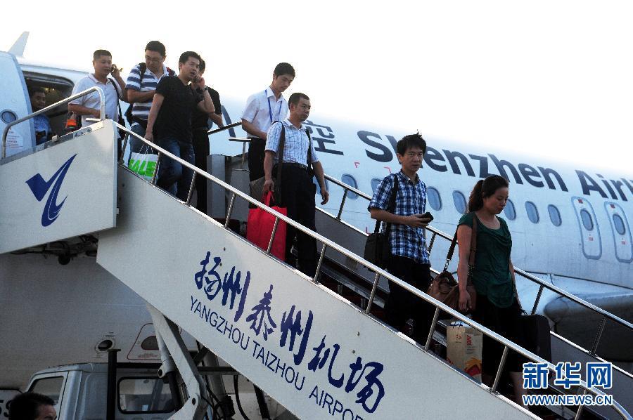 扬州至厦门航班首批乘客抵达扬州泰州机场