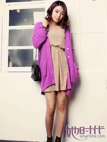 梦幻紫针织衫搭配米色连衣裙