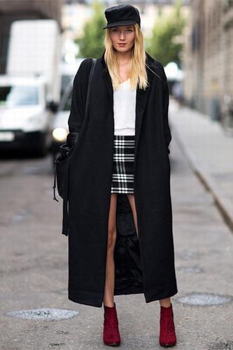 黑色大衣+格纹短裙+豹纹短靴