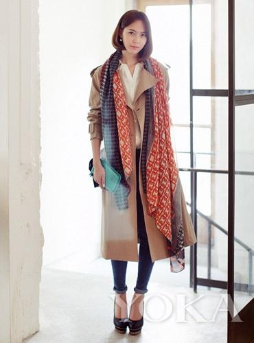 最具洒脱型:长丝巾搭配轻薄风衣,不拘一格的穿搭感给人一种无处不