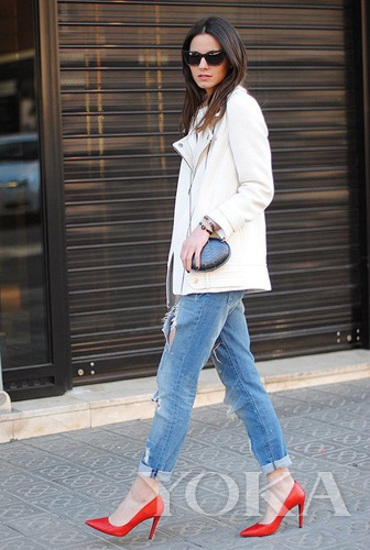 阔腿牛仔裤搭配红色高跟鞋个性十足