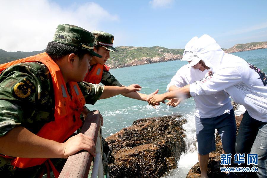 2名海钓爱好者在浙江省舟山市嵊山镇后头湾外海域海钓时,因潮水上涨被