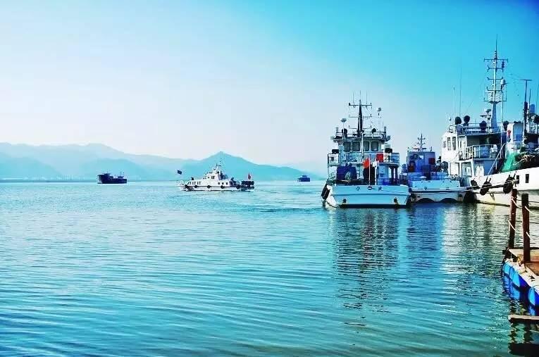 这里的海不及舟山热闹   却呈现了原汁原味的渔家生活   宁海的海在浙江似乎还没有什么名号,它的海产不如隔壁的象山,它的旅游不及远一些的舟山。但是淡然的它似乎并不在乎这一切,安安稳稳地过起渔民们小百姓的生活也许才是它的希冀。    强蛟镇- 海上千岛湖的渔家风情     一连串的小岛屿,像镶嵌在一块翡翠中的精灵,那是强蛟群岛,有人说它是海上千岛湖,而在这些小岛中数有小普陀之称的横山岛最美。在东部沿海最平静、水质最清澈蔚蓝的宁海湾里,横山岛是海天相接的那个点,不施粉黛的美人。    独家体验