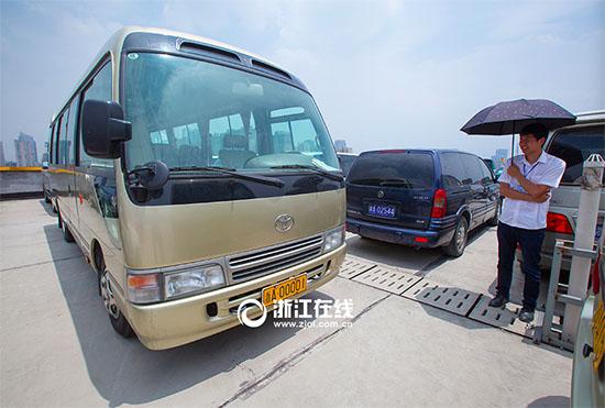 此次拍卖的公车当中有123多辆公车是带浙A号牌指标拍卖的.昨天拍