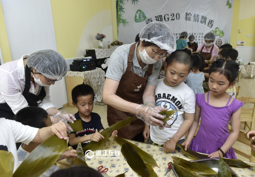 杭州幼儿园小朋友学包粽子