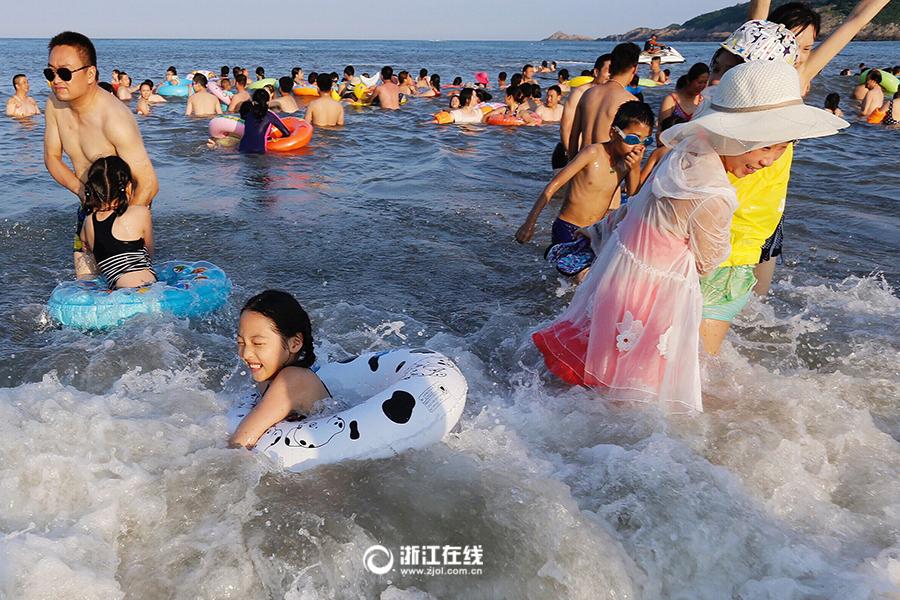"""舟山海滨浴场开启""""下饺子""""模式"""
