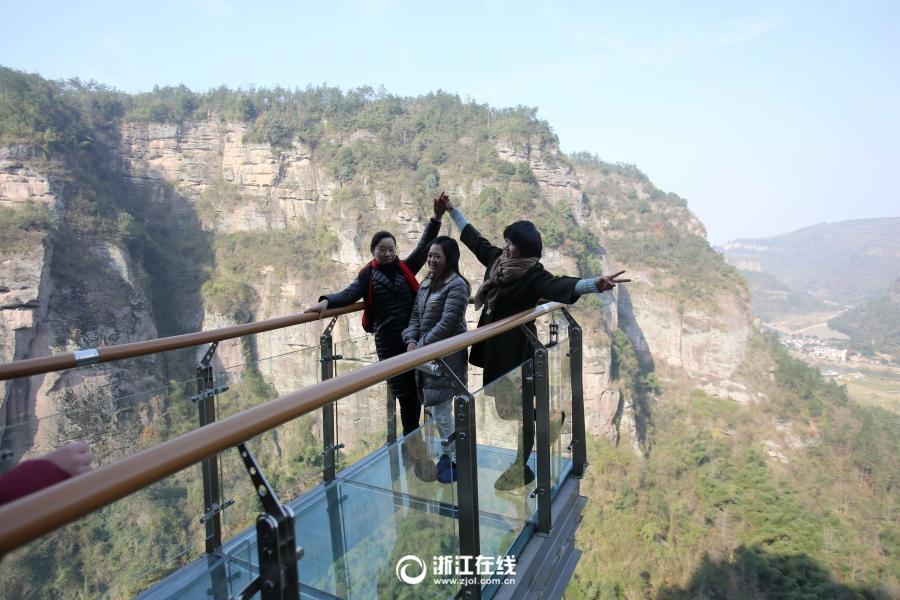 12月15日,浙江最长的玻璃栈道——新昌飞龙