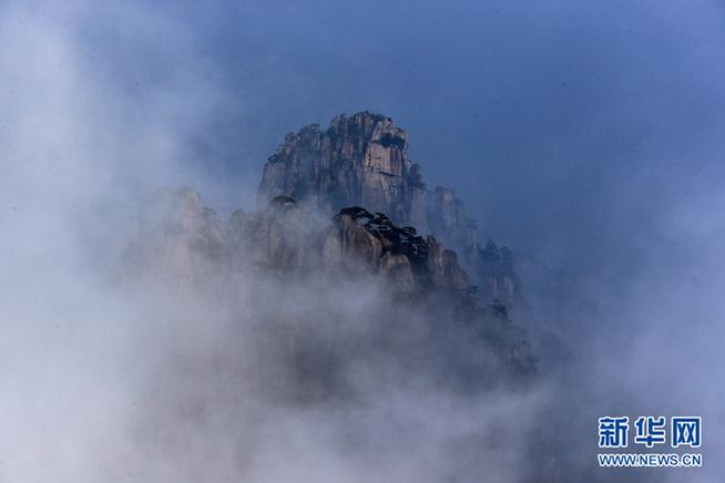 10月26日,安徽黄山风景区缥缈云雾环绕山峰,宛若仙境.