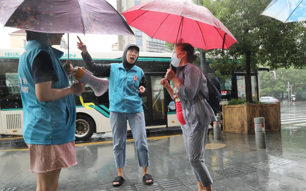 """上海:台风""""灿都""""逼近 社区防范紧锣密鼓"""