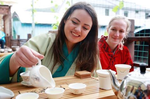浙江寧波:外國留學生採茶品茶感受茶文化