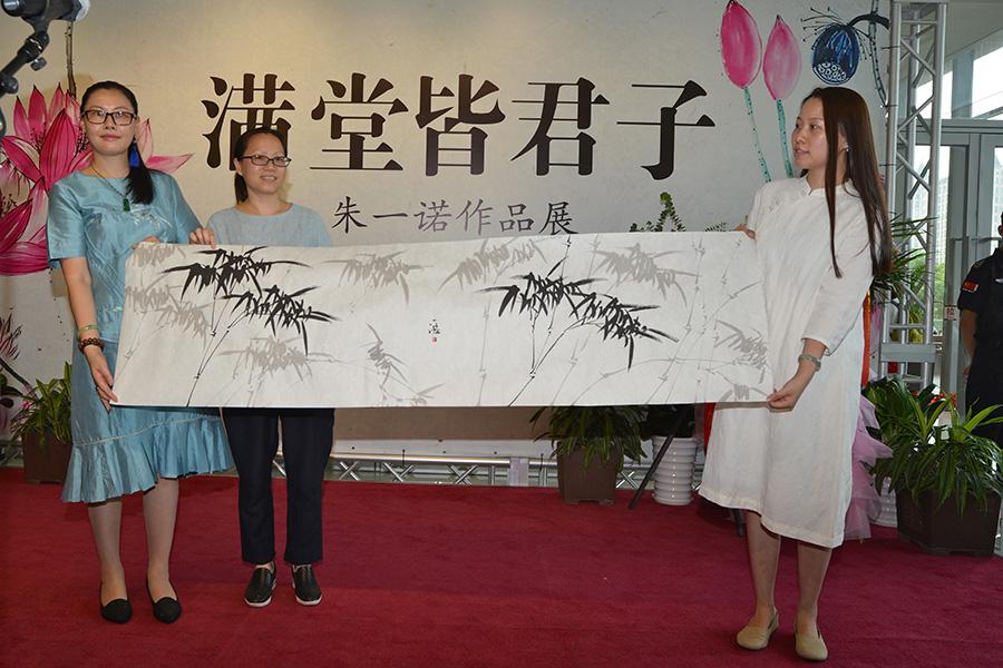 """知名青年女画家朱一诺""""满堂皆君子""""个人作品展在沪揭幕"""