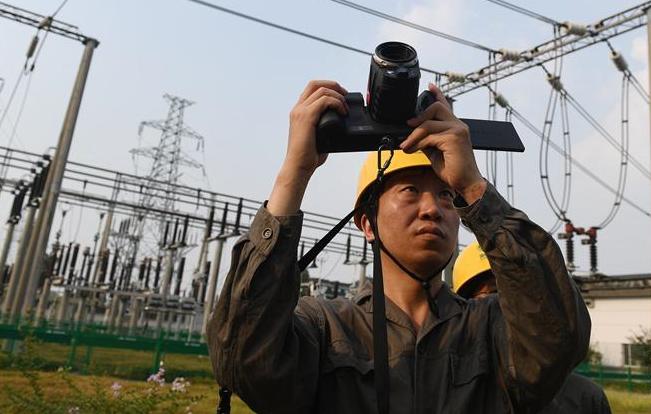 浙江:高温持续 电网设备密集巡检