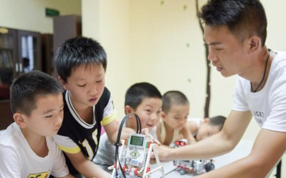 """暑假里的""""机器人小课堂"""""""
