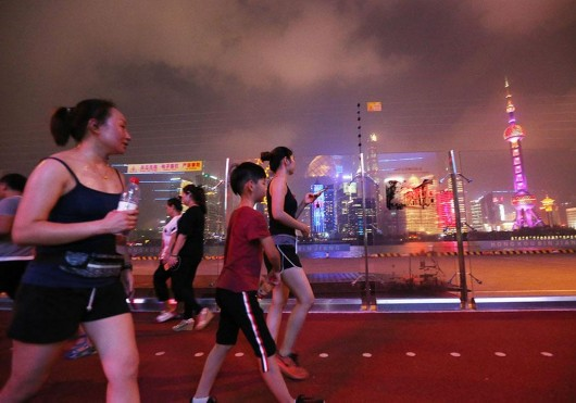 上海滨江仲夏夜 比天气更热的是……