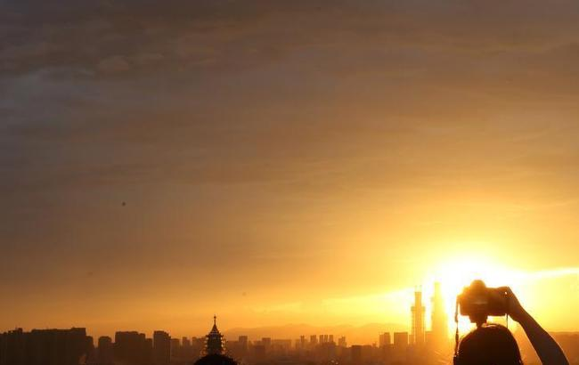 """台风""""纳沙""""来袭 南京上空风起云涌添色彩"""