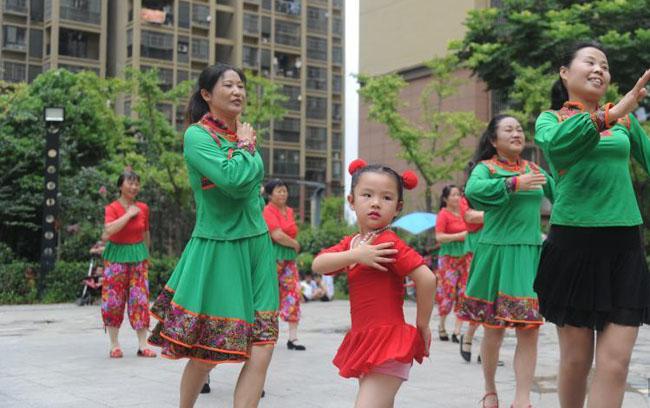 合肥5岁小广场舞者与阿姨同场起舞引围观