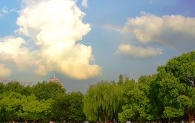 杭州:雨后西湖现彩虹