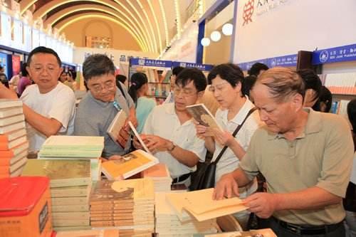 """追寻现实生活中的""""诗与远方"""" 上海书展现""""诗词热"""""""