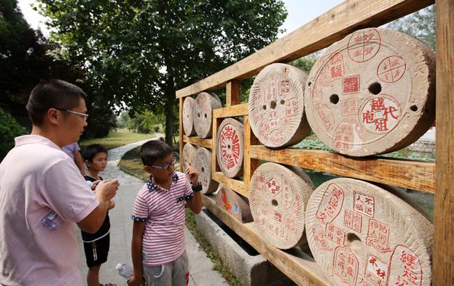 """安徽蒙城:旧石磨上""""种""""成语 传统文化散发魅力"""