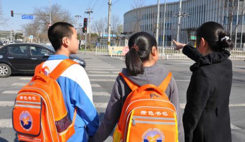 """安徽等地展开""""橙色书包""""公益项目关爱听障儿童"""