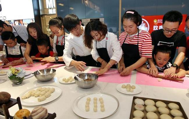 江苏无锡:制作苏式月饼欢度国庆