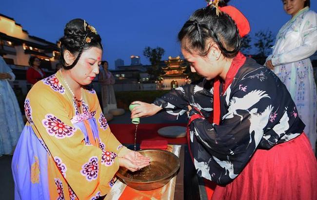 """南京:""""古礼拜月""""展示中秋民俗文化"""