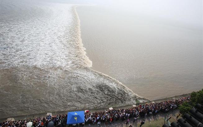 八月十八潮,钱塘江沿岸众多游客争睹壮观景象