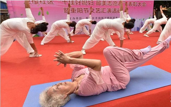 惊艳!82岁老妪高难度秀瑜伽