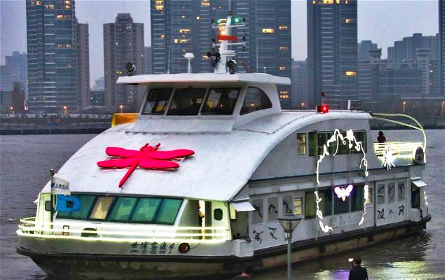 上海:过江渡轮成为装置艺术品