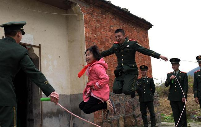 安徽巢湖:武警官兵爱心接力助贫困女童圆梦