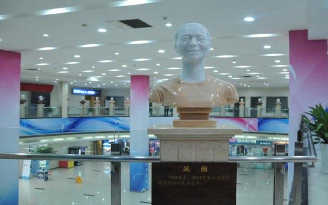 南京全民健身中心南京籍世界冠軍雕塑群添新成員