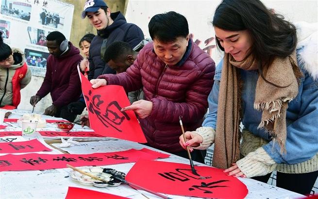 江苏镇江:留学生学写春联 感受传统文化魅力