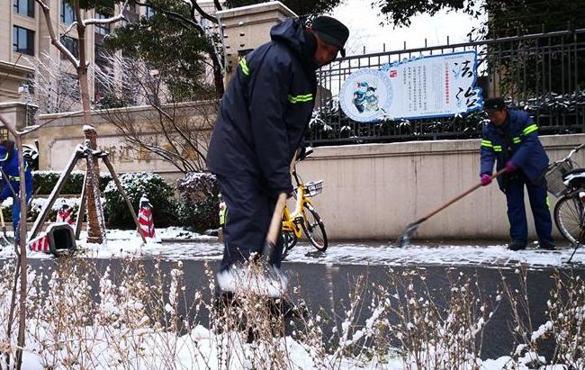 上海:铲雪除冰 保障安全