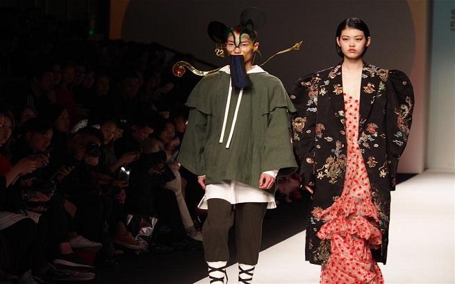 """迪士尼在2018秋冬上海时装周上推出""""米老鼠""""概念服饰"""