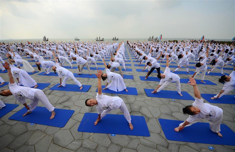 江苏无锡:湿地公园秀瑜伽