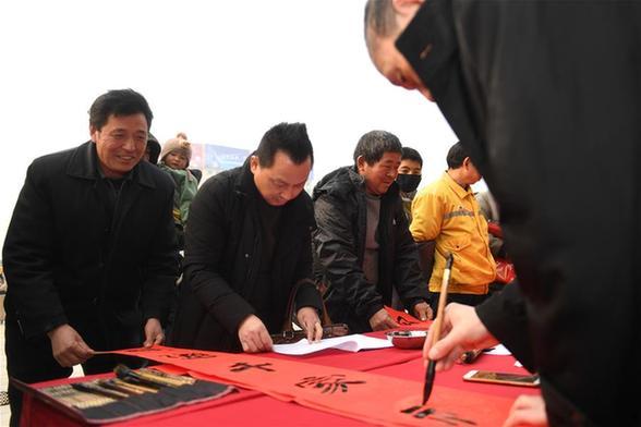 安徽:写春联 送旅客