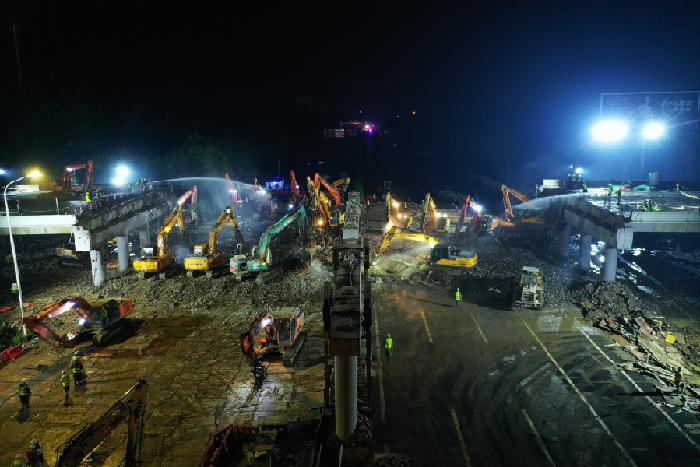 江蘇江陰:50臺大型機械同時作業 助力芙蓉大道京滬高速跨線橋順利拆除