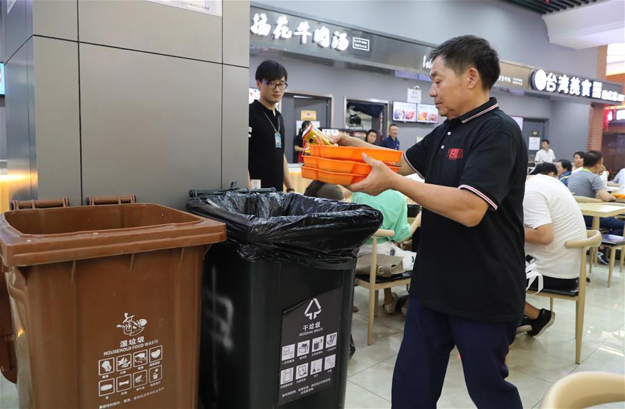 上海:国展中心保清洁 垃圾分类有章法