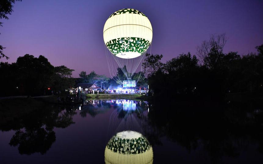 浙江杭州:市民乘坐氦气球空中赏月